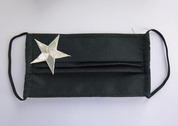 Mascarilla negra con estrella plateada lateral